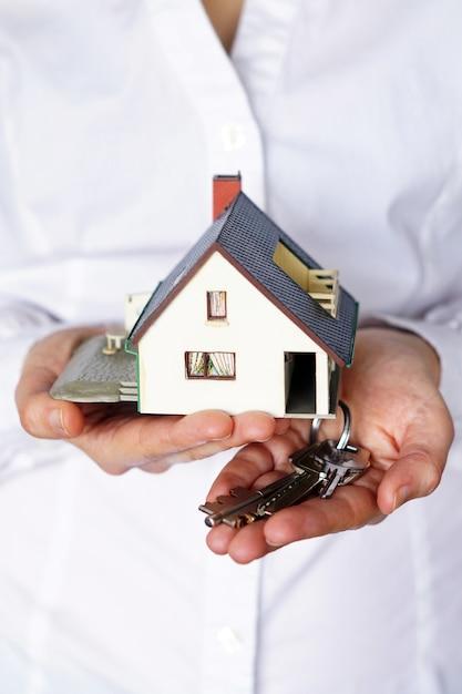 Вертикальный снимок крупным планом человека, думающего о покупке или продаже дома Бесплатные Фотографии