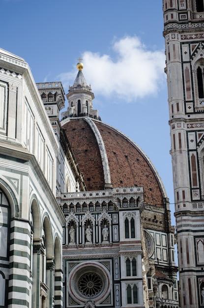 澄んだ空に触れる古代の歴史的なドームの垂直のクローズアップショット 無料写真