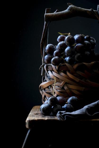 かごの中のブドウの果実の垂直のクローズアップショット 無料写真