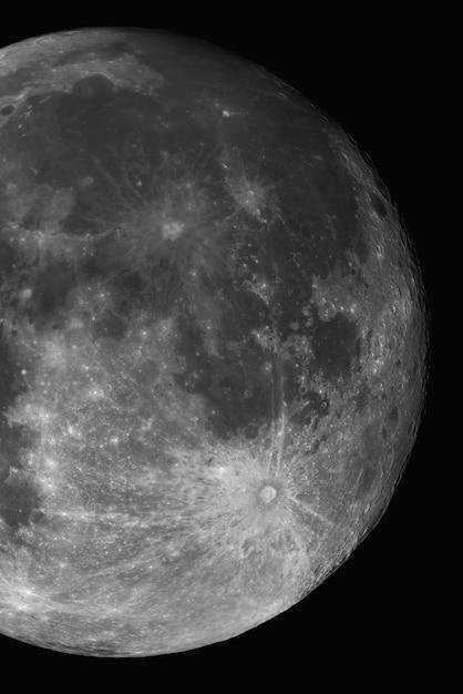 月の垂直のクローズアップショット 無料写真