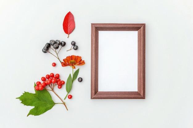 カラフルなベリーの葉の花と垂直フレーム Premium写真