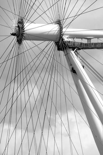 Colpo di scala di grigi verticale di allegro andare in tondo e suoi fili Foto Gratuite