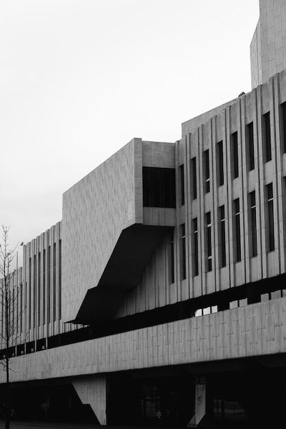 Colpo verticale in scala di grigi della facciata di un edificio moderno Foto Gratuite