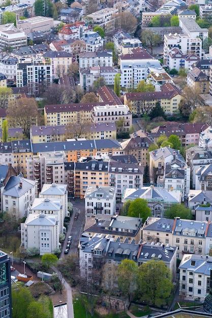 ドイツ、フランクフルトの家がたくさんある街並みの垂直ハイアングルショット 無料写真