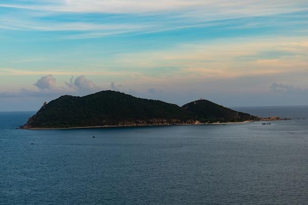 Вертикальное изображение красивого острова под облачным небом в фуйен, вьетнам Бесплатные Фотографии