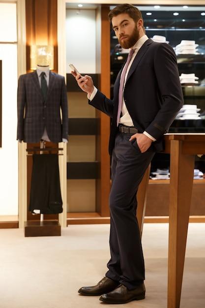Вертикальное изображение человека, держащего смартфон Бесплатные Фотографии