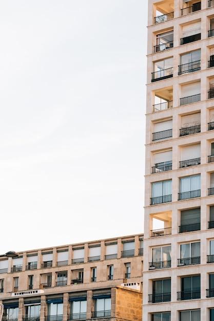 Вертикальный низкий угол выстрела жилого дома с красивыми балконами Бесплатные Фотографии