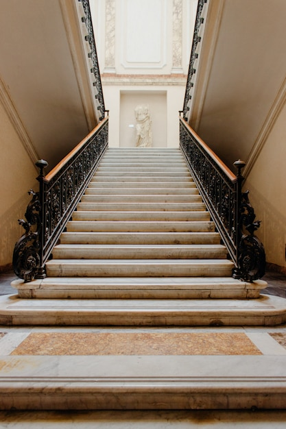 美しい歴史的な建物内の階段の垂直ローアングルショット 無料写真