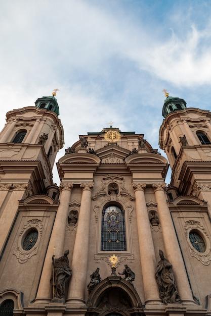 チェコ共和国プラハの曇り空の下で聖ニコラス教会の垂直ローアングルショット 無料写真