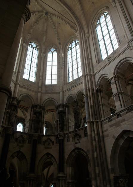 昼間のマクデブルク大聖堂の垂直ローアングルショット 無料写真