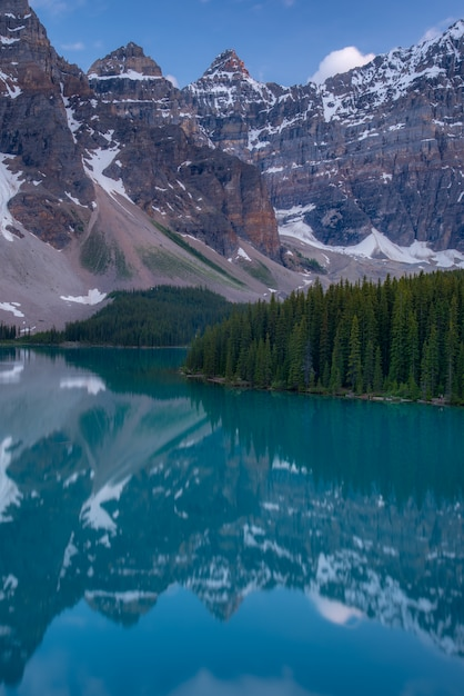 Vertical of the moraine lake sunset with turquoise lake and bluesky, banff, alberta Premium Photo