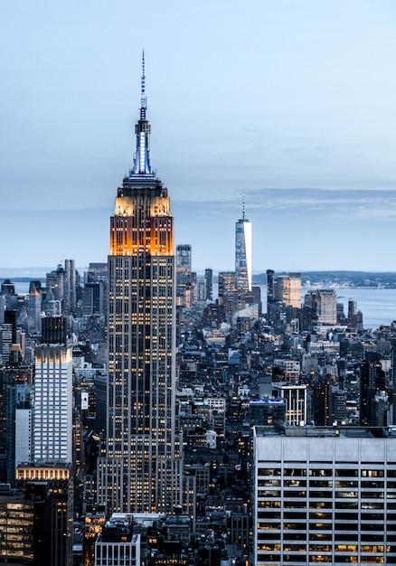 Вертикаль городского пейзажа с высокими небоскребами в нью-йорке, сша Бесплатные Фотографии