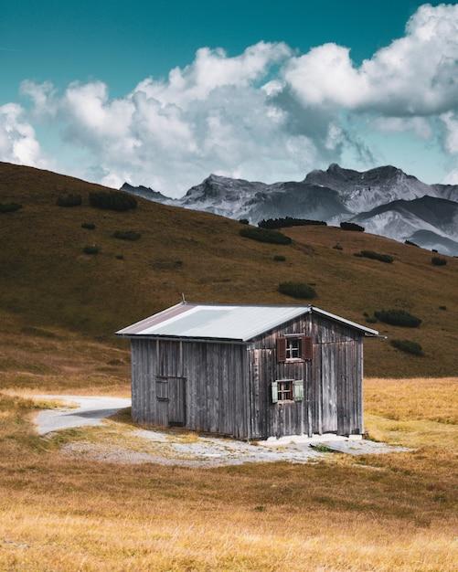 Вертикальный снимок заброшенного деревянного дома в глуши Бесплатные Фотографии