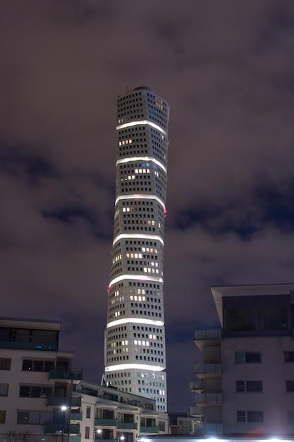 Colpo verticale del grattacielo ankarparken di notte Foto Gratuite