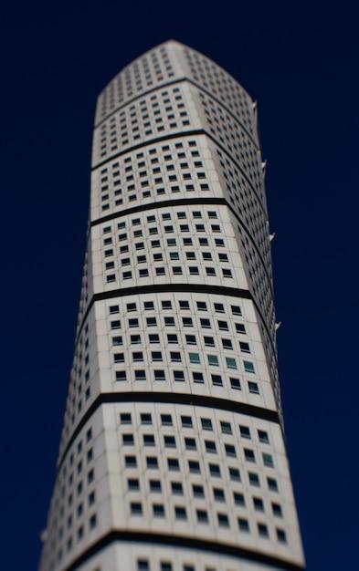 Colpo verticale del grattacielo ankarparken con un cielo blu scuro sullo sfondo Foto Gratuite