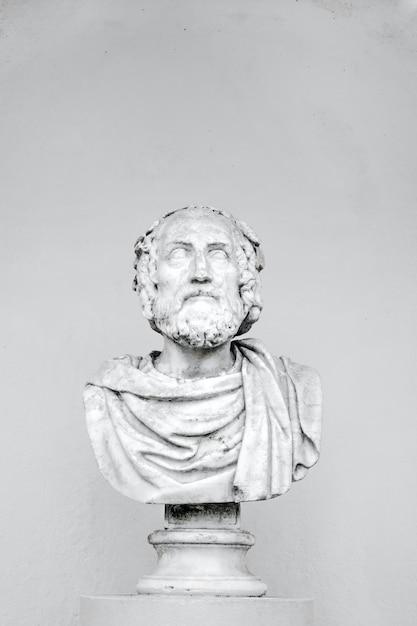 Colpo verticale di un busto di un filosofo isolato Foto Gratuite