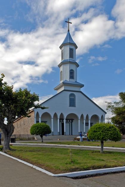 Colpo verticale di una chiesa con un cielo nuvoloso blu sullo sfondo Foto Gratuite