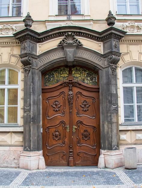 Colpo verticale delle porte di una casa circondata da finestre Foto Gratuite