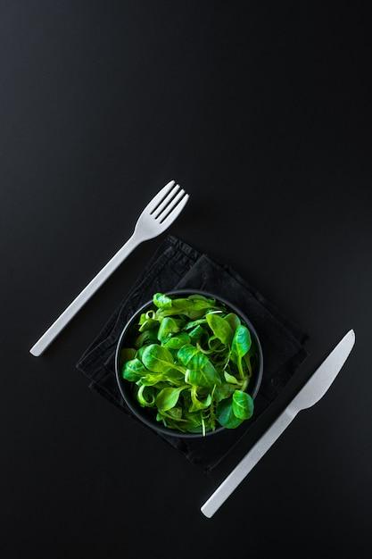 Colpo verticale di foglie verdi canonigos e rucula, per fare insalate Foto Gratuite