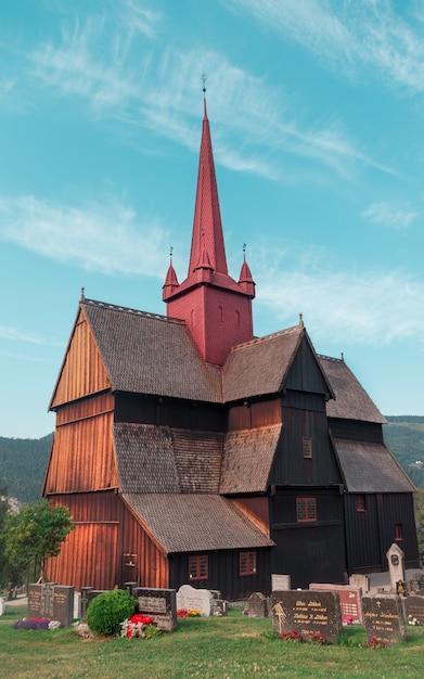 ノルウェーの美しい曇り空の下で茶色のコンクリート教区の垂直ショット 無料写真