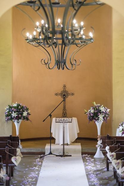 Вертикальный снимок христианской свадебной церемонии Бесплатные Фотографии