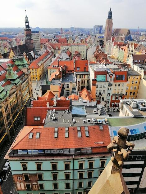 古いカラフルな建物とポーランド、ヴロツワフの市内中心部の垂直ショット 無料写真