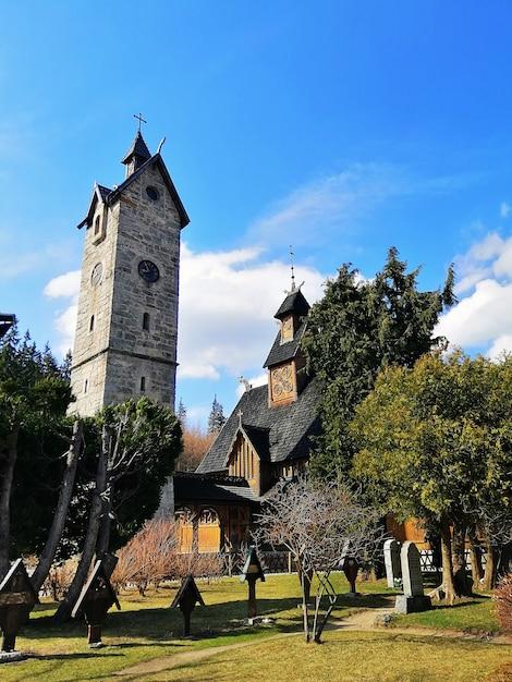 ポーランド、カルパチの王教会の後ろの庭の垂直ショット 無料写真