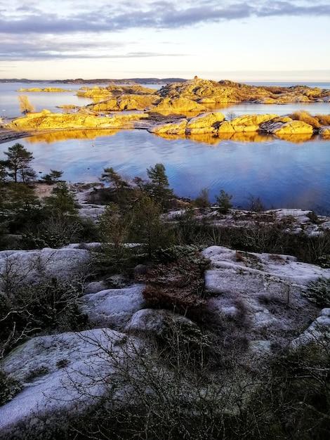 スタバーンノルウェーの魅惑的な湖の風景の垂直方向のショット 無料写真