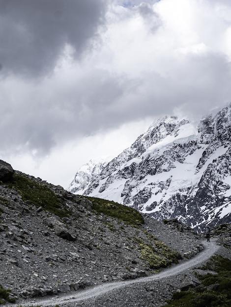 灰色の雲の上の山道の垂直ショット 無料写真