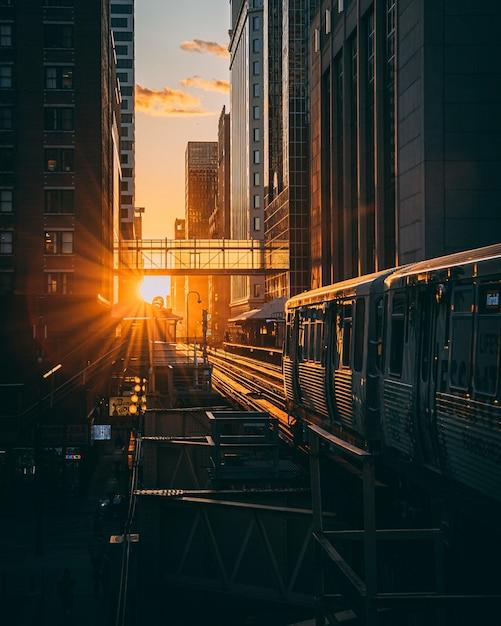 日の出の間に電車で駅の垂直ショット 無料写真
