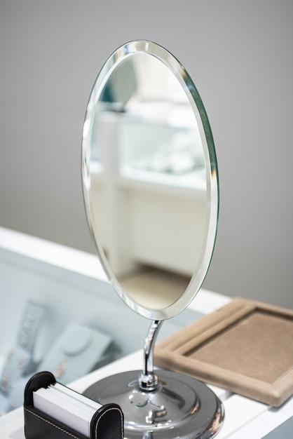 옷장에 은색 거울의 세로 샷 무료 사진