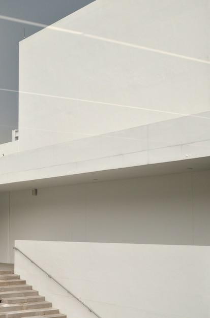白い壁の横にある階段の垂直ショット 無料写真