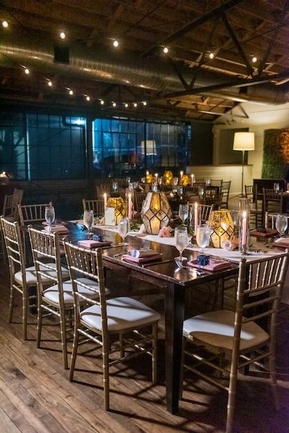 夕方のレストランでエレガントな設定でテーブルの垂直ショット 無料写真