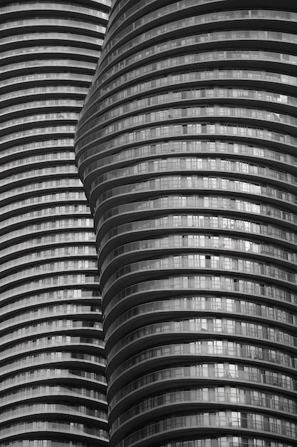 ベルリン、ドイツの背の高いユニークな建物の垂直ショット 無料写真