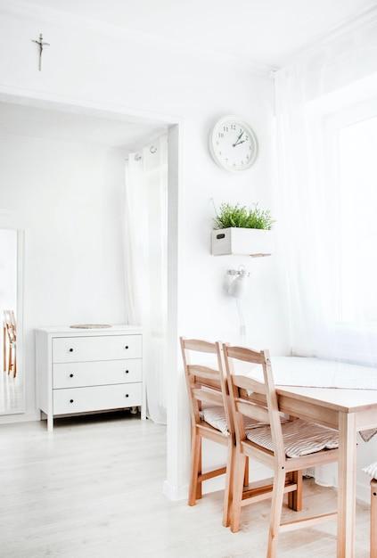 木製の要素を持つ白いインテリアの垂直ショット 無料写真