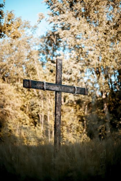 芝生のフィールド上の木製の十字架の垂直ショット 無料写真