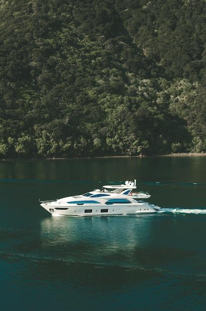 Вертикальный снимок яхты на водоеме в новой зеландии Бесплатные Фотографии