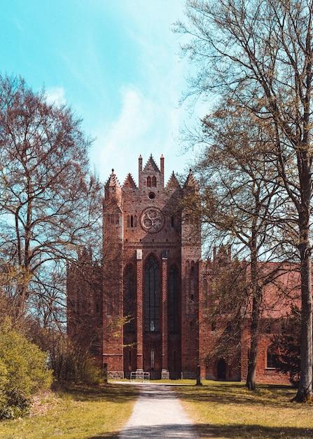 日中のドイツのコーリンの修道院の垂直ショット 無料写真