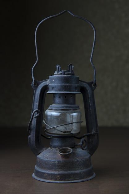 오래 된 금속 빈티지 램프의 수직 샷 무료 사진