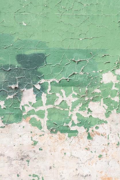 古い風化した緑の壁の垂直ショット 無料写真