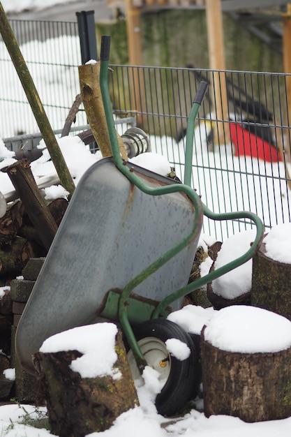 冬の間の逆さ手押し車の垂直ショット 無料写真