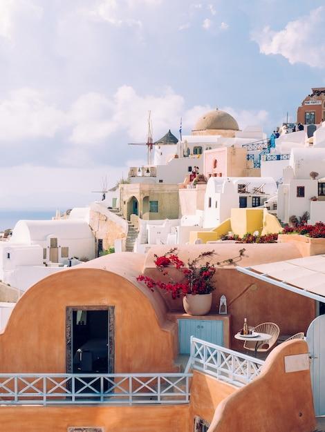 Вертикальная съемка красивых зданий на острове санторини в эгейском море, киклады, греция Бесплатные Фотографии