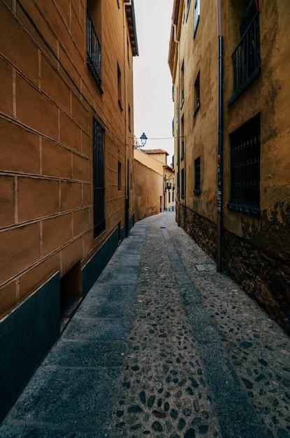 Вертикальный снимок зданий на старых улицах в еврейском районе в сеговии, испания Бесплатные Фотографии