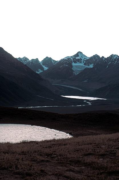 憂鬱な日のチャンドラタール湖、ヒマラヤ、スピティバレーの垂直ショット 無料写真