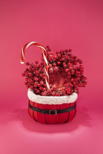 キャンディーとおもちゃでクリスマスの装飾の垂直ショット 無料写真