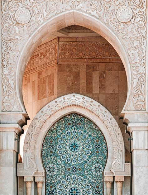 モロッコ、カサブランカのハッサン2世モスクの垂直ショット 無料写真