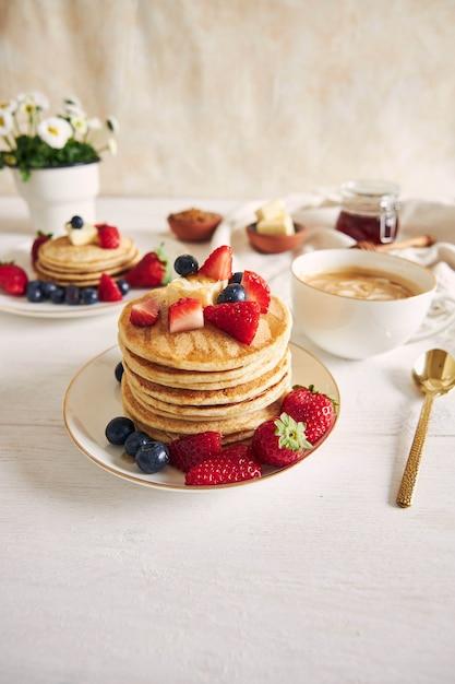 イチゴとパンケーキの垂直ショット 無料写真
