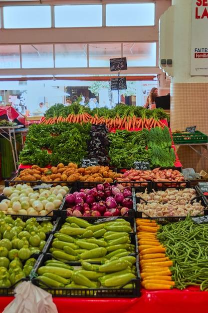 さまざまな野菜がいっぱい入ったバザールの垂直ショット 無料写真