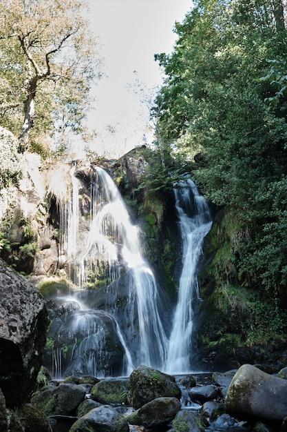 英国でキャプチャされた美しい滝storithの垂直方向のショット 無料写真