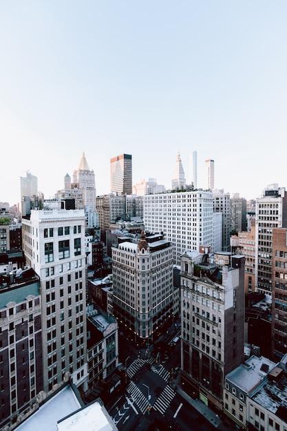 アメリカ合衆国、ニューヨーク市の建物と高層ビルの垂直ショット 無料写真